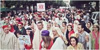 LA GRANDE MARCHE POUR L'HABIT TRADITIONNEL TUNISIEN  A TRAVERS LA MEDINA DE TUNIS